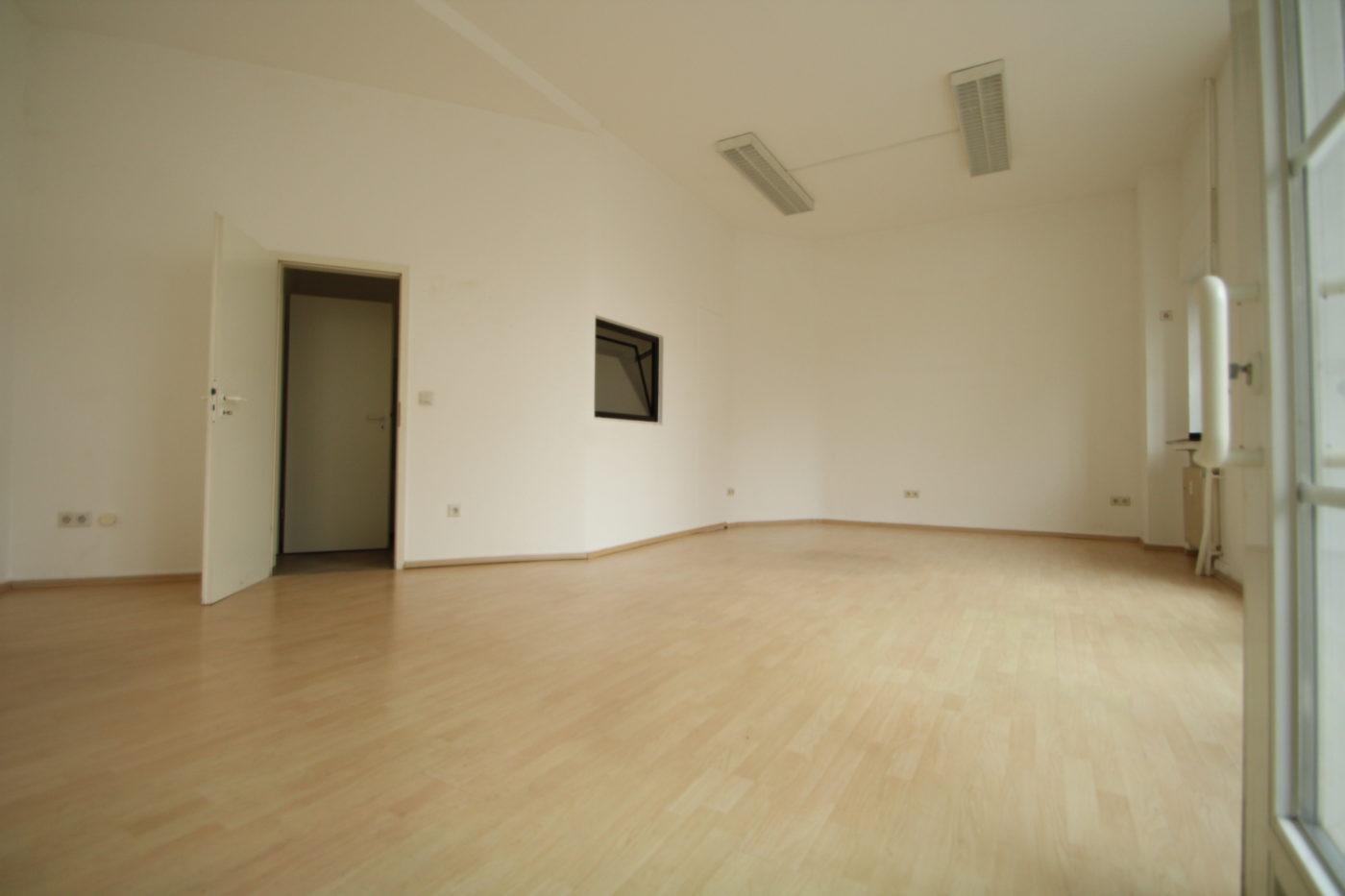 Diese leer stehende Gewerbefläche in Soest fand keinen Mieter. Vielen Interessenten fehlt die nötige Vorstellungskraft, sich leere Immobilien möbliert vorzustellen. Zum Glück gibt es Blickfang Home Staging - DIE Home Staging Experten in Soest