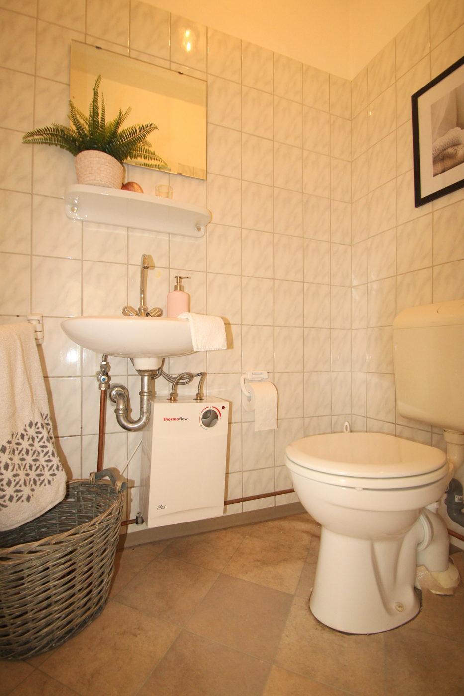 Selbst in die Jahre gekommene Sanitäranlagen lassen sich mit ein wenig Geschick und Dekoration optisch aufwerten. Mit Blickfang Home Staging werden auch kleine Räume in Szene gesetzt