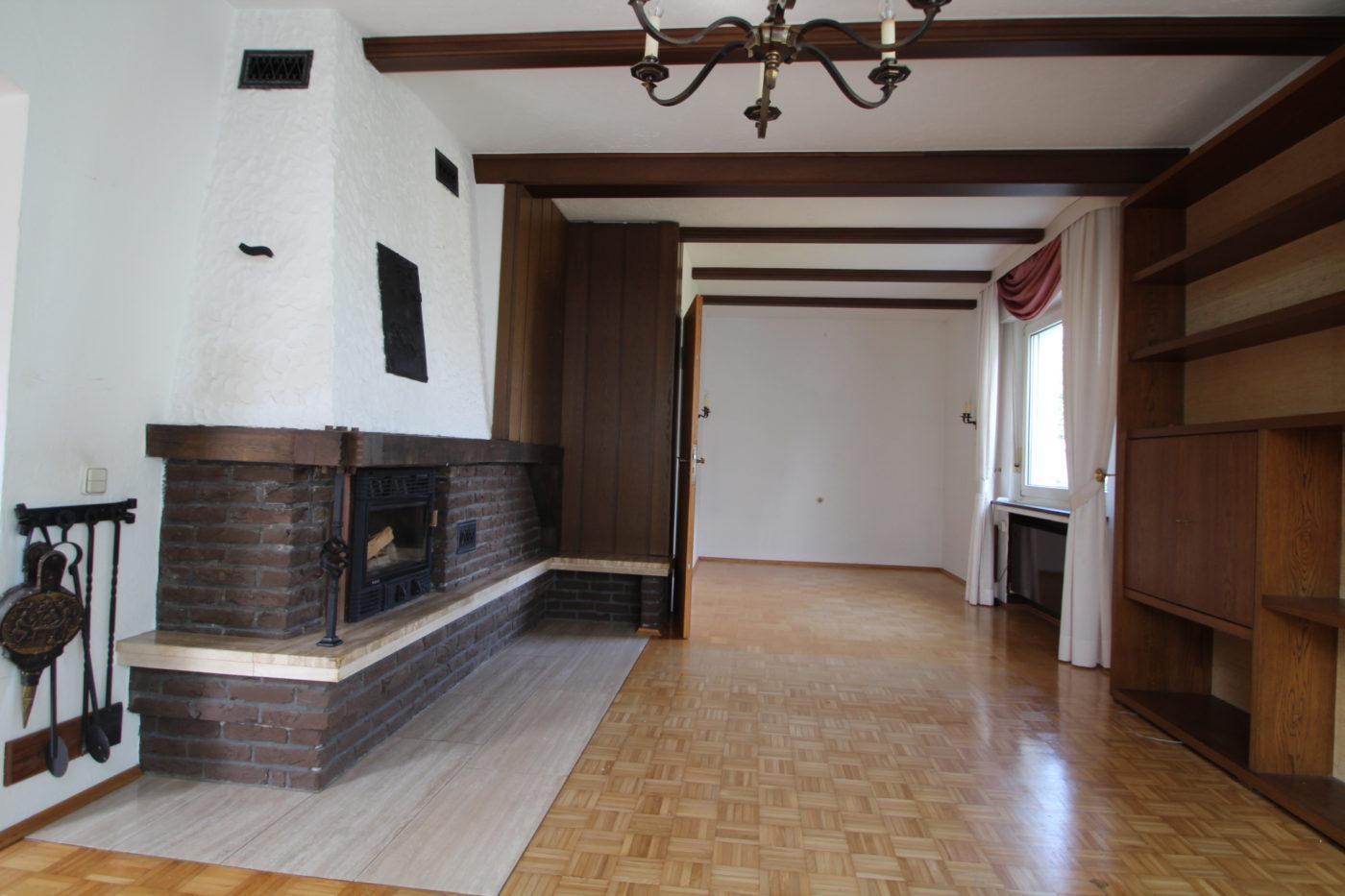 Leere und geerbte Immobilie in Anröchte stand Monate lang zum Verkauf. Keiner wollte die Immobilie kaufen, bis Blickfang Homestaging beauftragt wurde. Sehen Sie den Vorher-Nachher-Effekt auf www.homestaging-blickfang.de