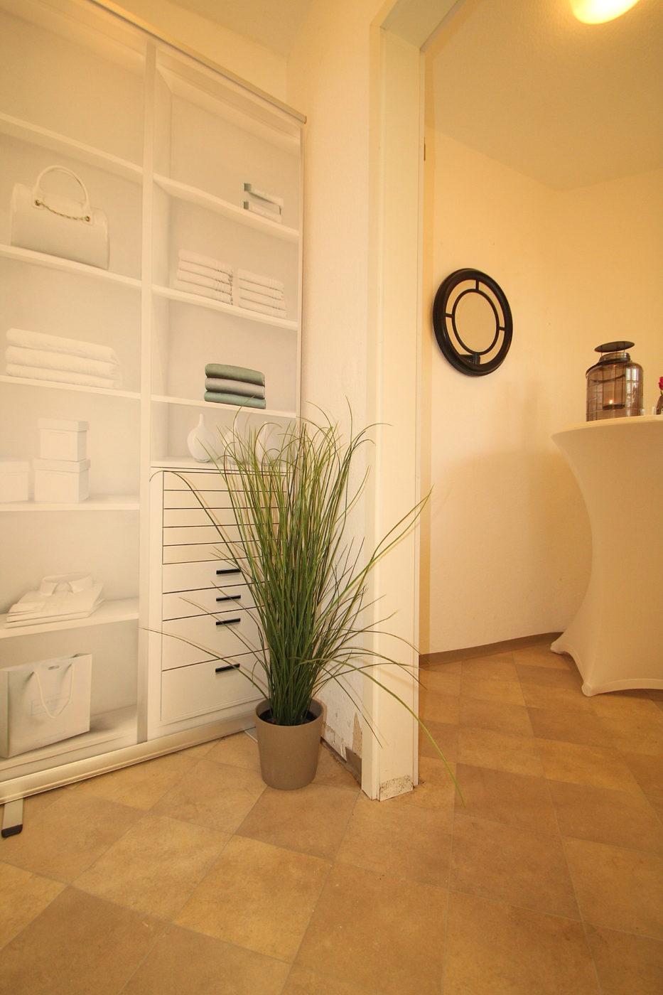 Home Staging Nachher Foto eines kleinen Abstellraumes. Hier wird dem Betrachter gezeigt, daß man auch kleine Räume optisch aufwerten kann. In unserem Fall wurde eine Garderobe angedeutet bzw. Stauraummöglichkeiten aufgezeigt