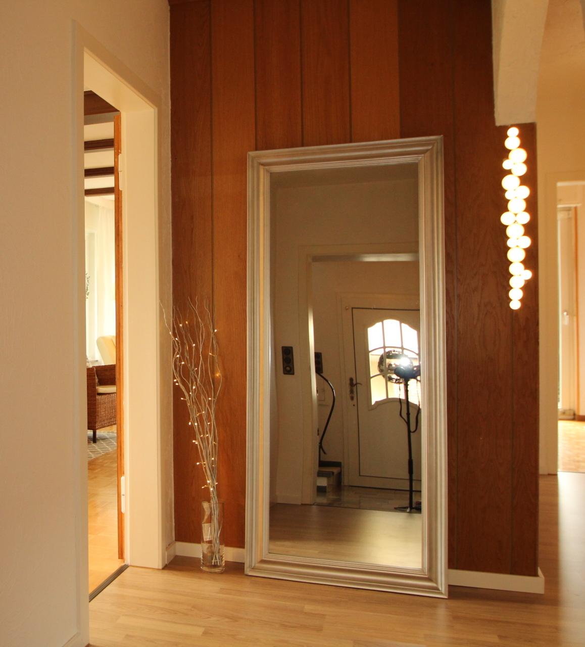 Flur mit großem Spiegel und IKEA Lampe