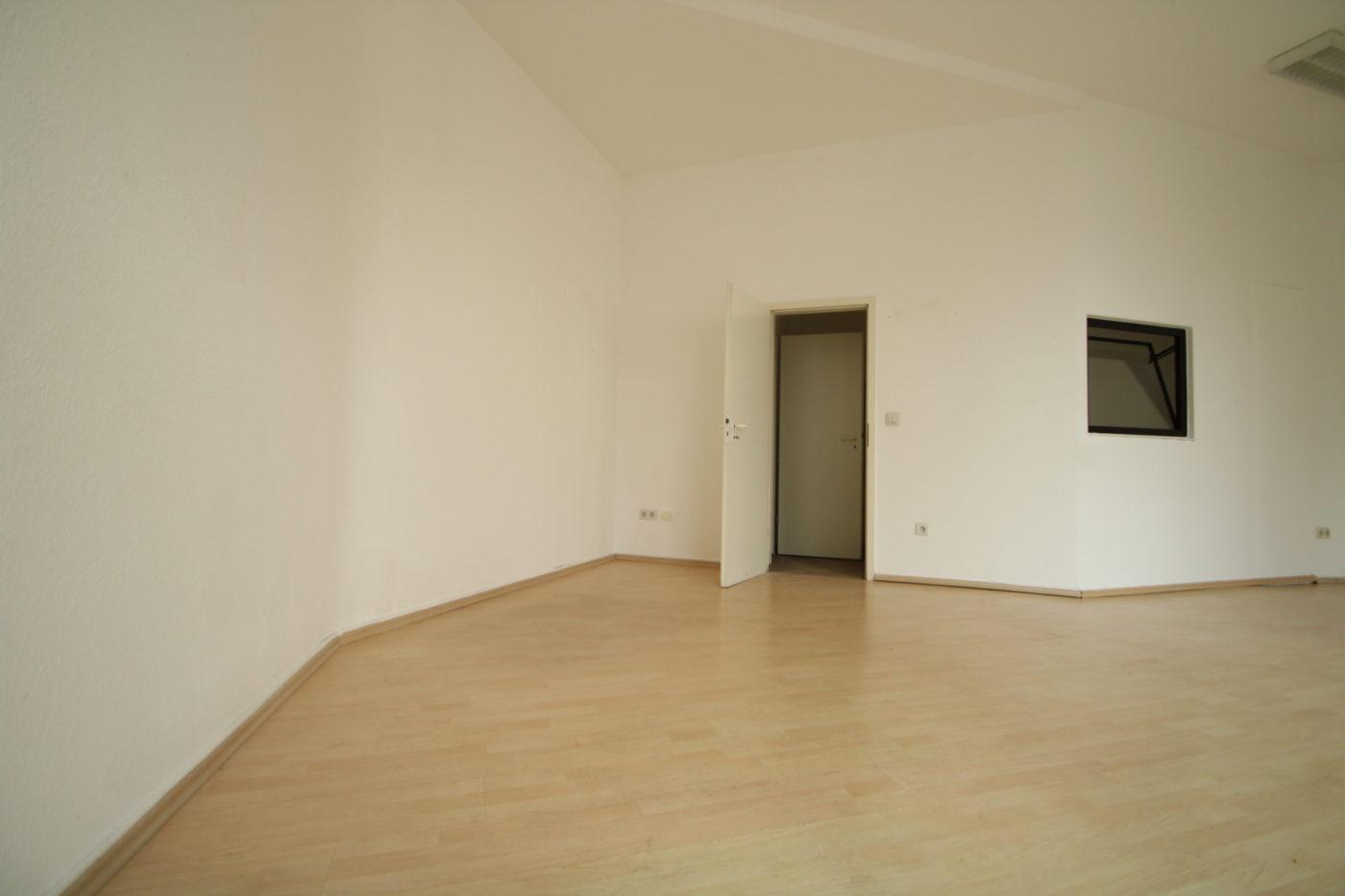 Das Vorher Foto einer leer stehenden Gewerbefläche in Soest ist wenig ansprechend