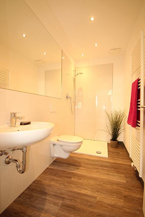 Modernes Duschbad nach dem Homestaging durch Nicole Biernath von Blickfang Homestaging in Soest