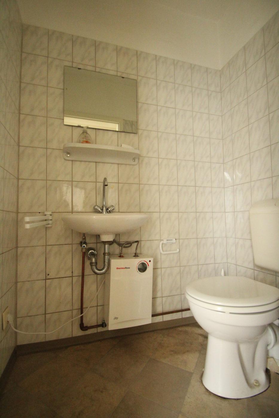 Vorher Foto eines in die Jahre gekommenen Gäste-WC´s. Nachdem Homestaging eingesetzt wurde, sah auch das Gäste-WC gleich viel freundlicher aus