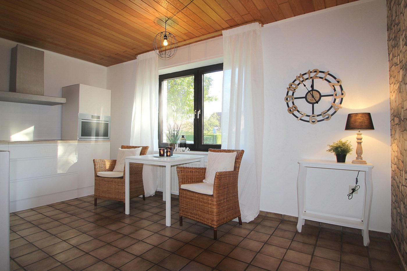Küche und Frühstückstisch nach dem Homestaging durch Nicole Biernath von Blickfang Homestaging in Soest