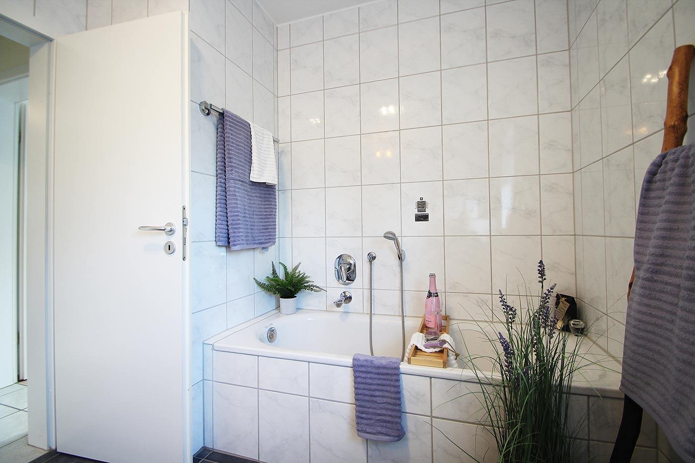 Bad und Wanne nach dem Homestaging durch Nicole Biernath von Blickfang Homestaging in Soest