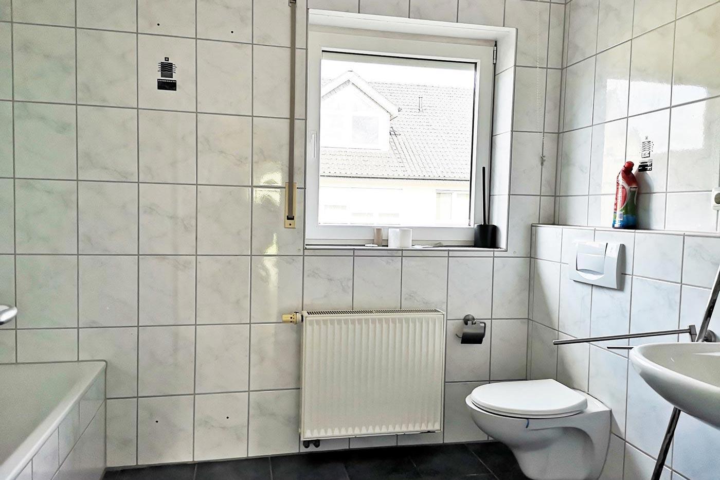 Vorher Foto vom Badezimmer. Badezimmer vor dem Homestaging durch Blickfang Homestaging in Soest
