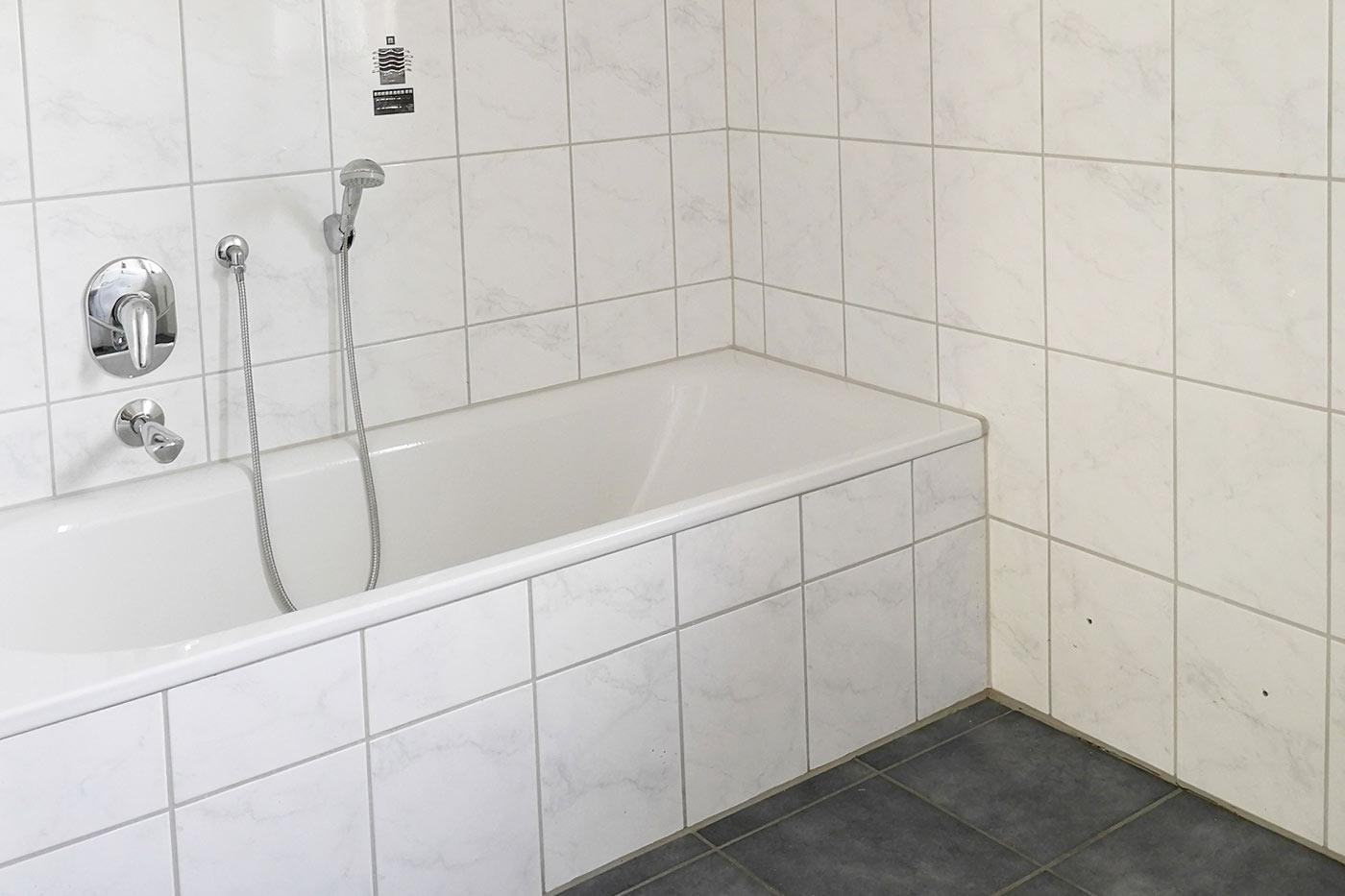 Vorher Foto vom Bad und der Wanne. Bad und Wanne vor dem Homestaging durch Blickfang Homestaging in Soest