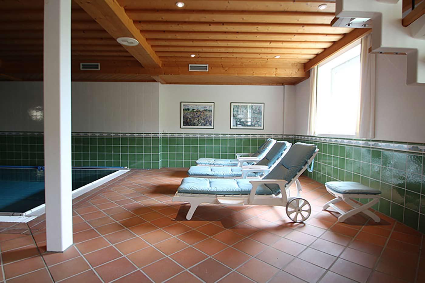 Vorher-Foto vom Liegebereich am Pool | Blickfang Homestaging in Soest