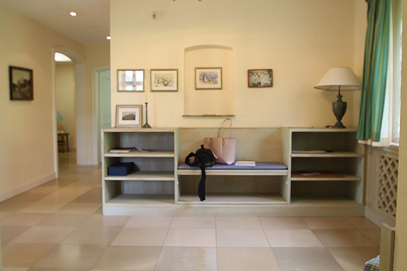 Vorher-Foto vom Flur und der Sitzbank | Blickfang Homestaging in Soest
